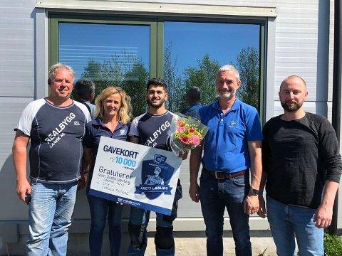 Fra venstre: Arne Mikalsen (daglig leder Realbygg Larvik AS), Ingunn Livgård, Sardar Alali, Vidar Monsen (CF Larvik) og Kenneth Pedersen (Opplæringskontoret)