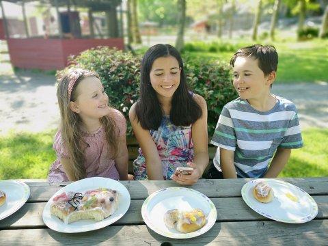BLE ENIGE: Astrid (7), Marlene (15) og Erling (10) Foldvik ble enige om at den nye lamababyen på Foldvik skal hete Fluffy.