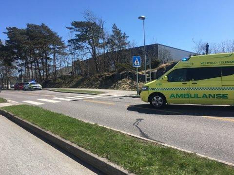 Politi og ambulanse kom raskt til ulykkesstedet på Helgeroveien lørdag formiddag.
