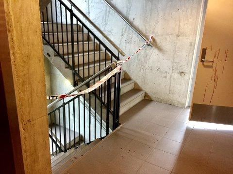 SØKTE HJELP: Blodsporene etter drapsforsøket på Mølla viser hvordan offeret klarte å ta seg ned flere etasjer i hybelbygget for å få hjelp av en venn. Arkivfoto: Elisabeth Løsnæs