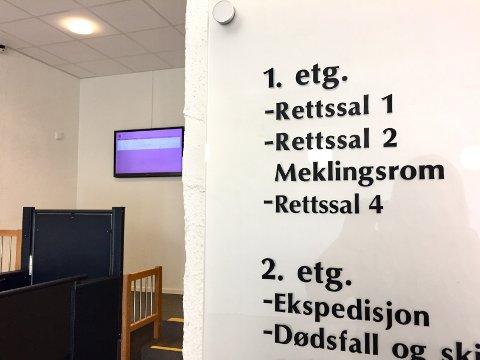 I retten: Aktor vil be om tvungen psykisk helsevern for den tiltalte 24-åringen fra Larvik. I retten kom det fram at han har vært syk hele livet, og har vært en kasteball i helsevesenet.