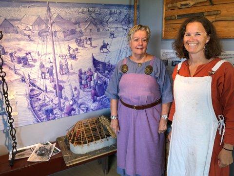 Utstilling: Lisbeth Angeltveit (t.h) og Elisabeth Ullitz inne i utstillingslokalene.