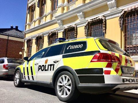 HOLDT VAKT: Politiet holdt vakt i rettssalen i Larvik tingrett da 46-åringen møtte som tiltalt.