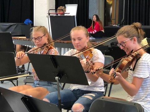 ÅRSMARKERING: Kulturskolens elever øver heftig til den kommende årsmarkeringen der de håper mange publkummere dukker opp.