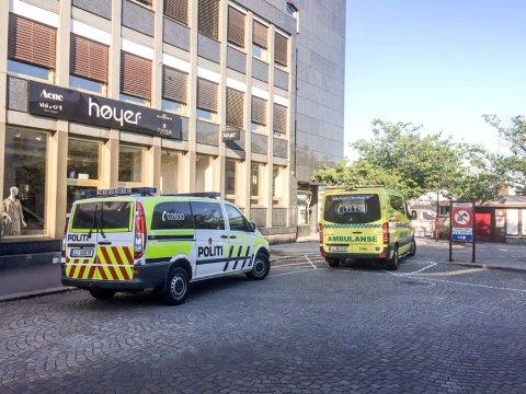 UTRYKNING: Både politi og ambulanse rykket ut da en mann ble funnet bevisstløs ved Torget fredag kveld.