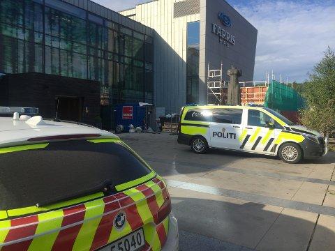 UNDERSØKER: Politiet undersøker en sak ved Farris Bad.