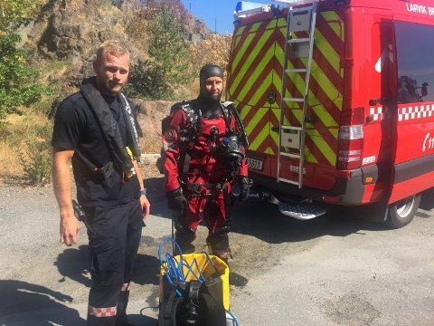 I VANNET: Dykker og brannmann Robert Vang (t.h.) var i vannet 13 minutter etter at drukningsalarmen gikk torsdag. Fredrik Hognestad  fra Larvik brannvesen til venstre.