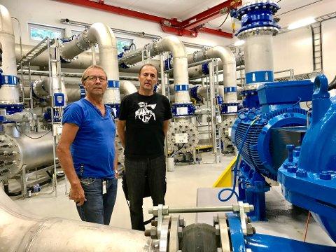 FORBUD: Elvir Selimotic (t.h.) i Larvik kommune har nå innført totalforbud mot vanning med hagespreder, også i de opprinnelige vanningsperiodene. Bildet er tatt i en tidligere sammenheng, sammen Fred Anker Vettran ved Gopledal vannverk.