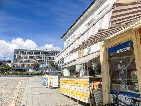 HAR FÅTT BEVILLING: Kafeen Hjørnet åpnet i desember i fjor, men har drevet uten skjenkebevilling til nå.