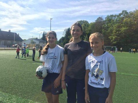 HJELPERE: Lalah Soran Ismael, Tilde Bredine Bergene og Julie Myrland Vågnes fra jenter12-laget hjalp til under lørdagens fotballdag.