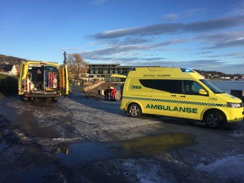 Livredning: Ambulansepersonell er på Batteristranda og gir livreddende førstehjelp etter at en person ble funnet i vannet.