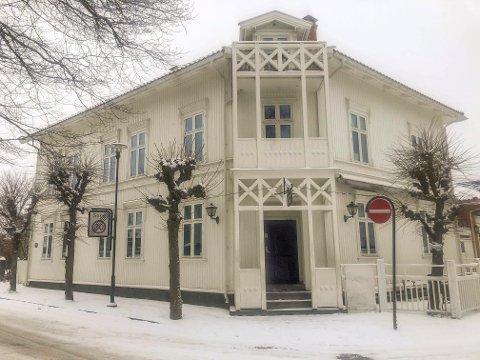 POPULÆRT UTESTED: Tordenskiold Pub har blitt en institusjon i Stavern. Nå er det steile fronter mellom huseier Sverre Andersen og leietaker Johnny Wülfken, som har drevet puben de siste 12 årene.