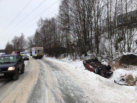 PÅ TAKET: Bilen har kjørt ut av Håkestadveien og havnet på taket.