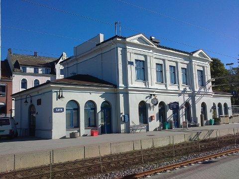De fleste larvikinger er enige om at Larvik jernbanestasjon er vakker. Larvik kommune må velge et alternativ som larvikingene samler seg om: Bergeløkka.