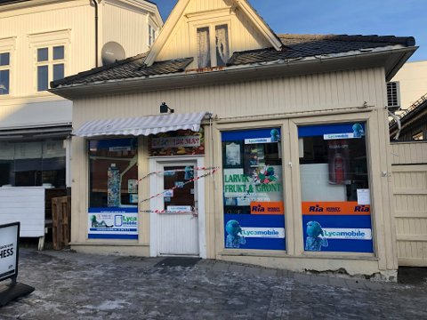 RANSAKING: Larvik Frukt & Grønt Eksotisk Mat ble stengt på timen etter kontrollen i formiddag. Nå har driver fått kort frist til å dokumentere lovligheten av varene.