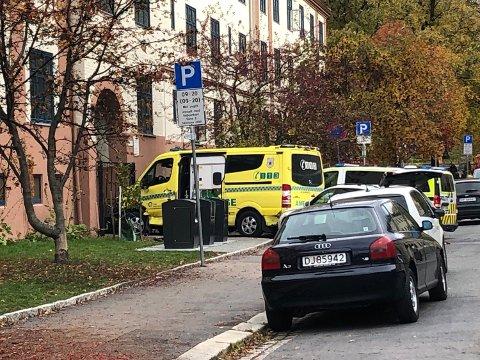 VILL FERD: Ambulansens ville ferd endte her ved en av Torshov-gårdene. Nå er mannen fra Larvik tiltalt for sju drapsforsøk.