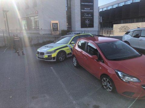 MISTENKELIG: En bil med begge forhjulene punktert var forlatt på parkeringen til Fritzøe Brygge søndag morgen.