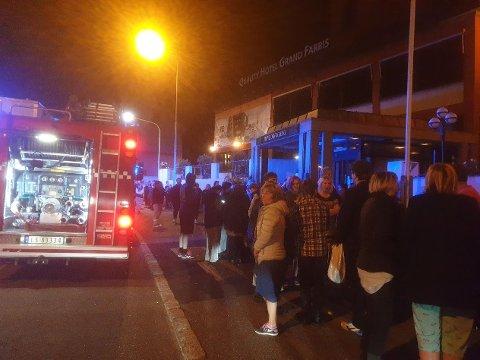 UT PÅ GATA: Alle gjestene på Grand måtte ut på gata midt på natta i helgen.