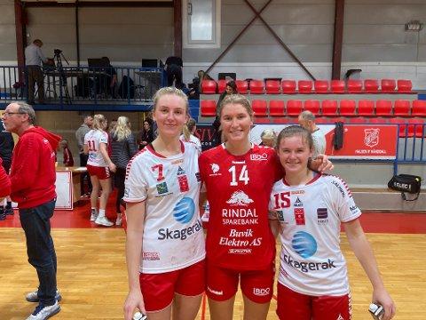 TAKK FOR SIST: Her smiler Marie Duvholt Kaspersen sammen med Elinor Johansson og Guro Ramberg etter høstkampen i Boligmappa Arena. De samme jentene trente hun med i romjulen, nå skal hun og Charlottenlund prøve å stjele poeng på hjemmebane.