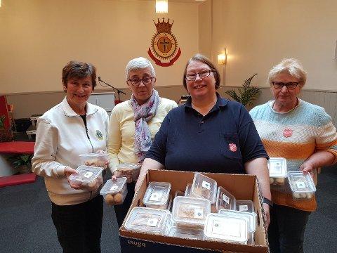 KAKEGAVER: Greta Hvaara (bak f.v.) , Svanhild Aske, og Marit Rosenlund overrakte julekaker til Hilde Nylund og Frelsesarmeen. (Foto: Privat)