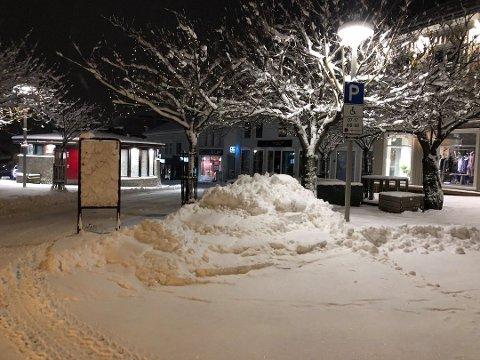 ØPs FORSIDEBILDE: Brøytemannskapene i Larvik hadde dumpet snøen halvveis ut på en av torgets HC-parkeringer.