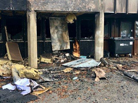ARNESTED: Her utenfor rommet med lokalsamlingen i underetasjen, tente den siktede 28-åringen på søppeldunker som sto inntil veggen. Det utviklet seg til en voldsom brann.