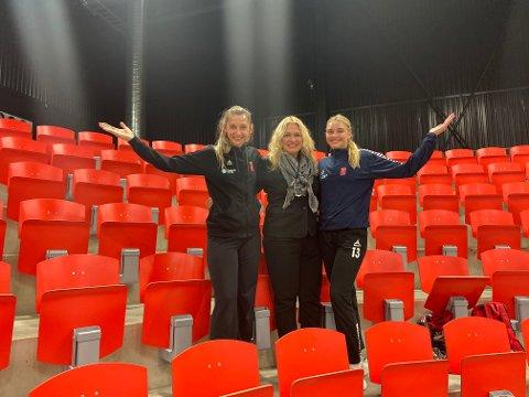 Inviterer: Alma Hasanic Grizovic (t.v.), Marion Eriksen Wold, Sofie Løwe og resten av Larvik HK håper at tribunene fylles når Flint kommer til Boligmappa Arena til toppkamp på søndag.