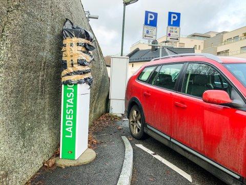 FUNGERER IKKE: På parkeringsplassen ved Bøkkerfjellet signaliserer en sort søppelsekk at ladestasjonen er ute av drift.