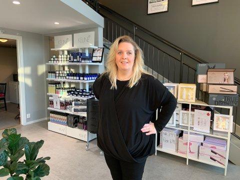 NYTT TILBUD: Ellen Valdal (49) har drevet som frisør i Larvik i 26 år. For to år siden startet hun opp The Hair i Olavsgate, og nå har de startet opp med et nytt tilbud, som hun tror ikke alle vet at de kan få pengestøtte til.