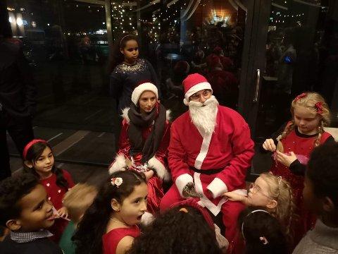 NISSEBESØK: Nissen kom selvfølgelig med gaver til barna.