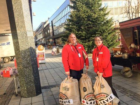 TAKKER FOR HJELPEN: Monica Ljusnes, til høyre, og Sirilinn Alviniussen Askerud, i Røde Kors i Larvik sier de mange julegavene som kom i år gjør at organisasjonen også kan hjelpe de som går tomme for mat i julen.