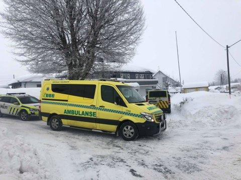 NØDETATENE: To barn havnet under en buss og nødetatene rykket ut.