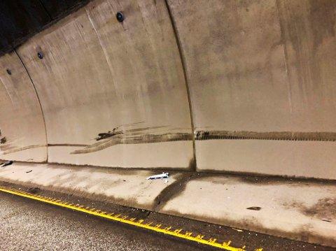 TUNNELVEGGEN: Bilen skal ha kommet borti tunnelveggen og fått store skader.