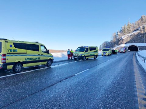ULYKKE: Personene som var innvolvert i ulykken ble kjørt fra stedet i ambulanse.