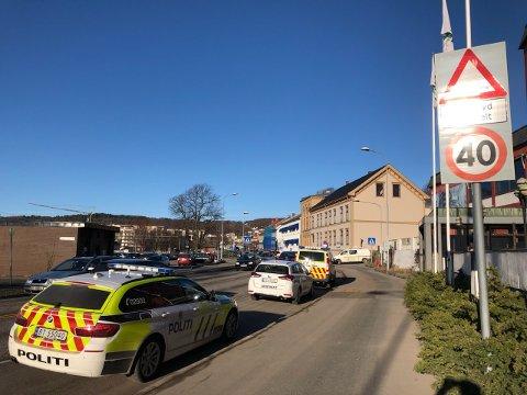 POLITI: To politibiler og legevakta rykket ut til Grand etter funn av en død person.