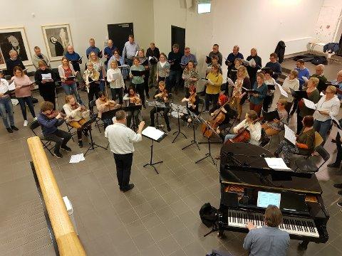 Tunklang Vokalensemble i samspill med en gruppe strykere fyller kulturskolen med vakker klassisk musikk under en felles øvelse onsdag kveld.