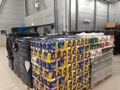 SMUGLET: 22-åringen smuglet alkohol på oppdrag for en person i Larvik, men ville ikke si hvem. Store mengder alkohol flyter over grensa, slik som dette beslaget på 44.000 liter som ble stoppet i 2017. Beslaget er ikke identisk med det 22-åringen hadde i varebilen.