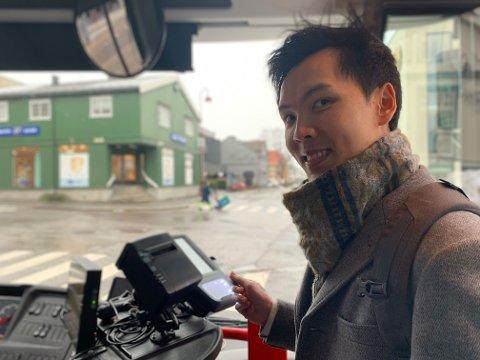 BUSSBRUKER: Daglig tar Hieu Van Nguyen buss mellom Larvik sentrum og Stavern. Han har sertifikat, men foretrekker buss.