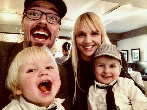 ANBEFALES: Heidi og Ole Børud med sønnene Evan og Anton er kjempeglade for å ha vært innflytterguider for en familie, som er blitt gode venner både for de voksne og barna.