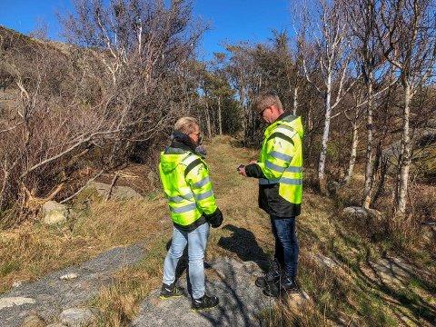 PÅ TILSYN: Larvik kommunes Linn-Ida Ellingsen og Tom Mangelrød besøkte området tirsdag.