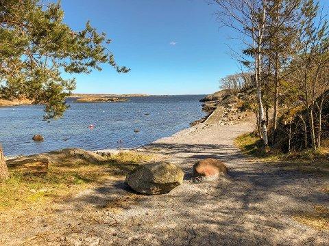 SPERRER: Disse to steinene har nå fått selskap av en tredje, opplyser grunneier Gunnar Levi Anvik til ØP onsdag.