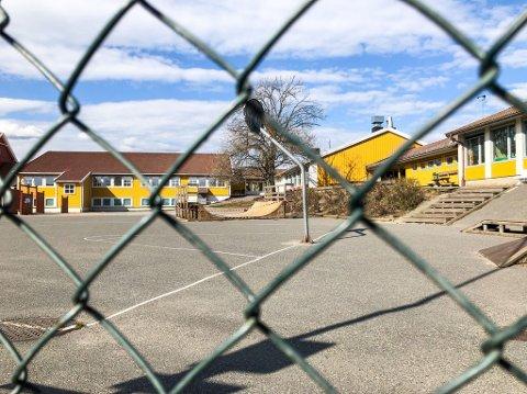 SKAL IKKE MØTE: Flere elever må regne med fjernundervisning de neste dagene, blant annet 6 og 7 trinn ved østre Halsen skole. Bildet er tatt ved en tidligere anledning.