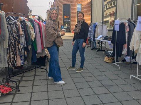BRUKTMARKED: Monica Kreken-Randsted og Stine Søiland selger sine gamle skatter.