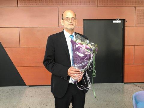 FORNØYD: Dirigent Frank Eliassen var fornøyd med Gjallarhorn Musikkorps etter konserten. Av dem mottok han en blomsterbukett og takketale.
