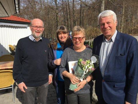 NYTT ÆRESMEDLEM: På bildet fra venstre: Nåværende styreleder Knut Hjalmar Gulliksen, daglig leder Bente Dolven, Ellen C. Næss som ble utnevnt til æresmedlem, og nylig avgått styreleder Ola Leinæs.