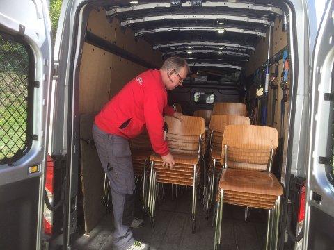 FIKK NYE: – Vi er veldig glad for at vi fikk nye stoler fra Hedrum bygdetun, sier formann i Farrisheim, Svein Lysebo. Det gjorde at styret raskt måtte kvitte seg med de gamle stolene, som viste seg å være mer verdifulle enn de trodde.