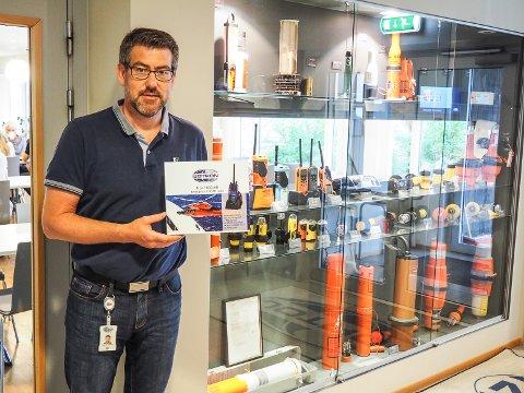 FØRST UT: Maritime Sales Manager Vegar Ek Pettersen viser fram nye Tron TR30 AIR fra Jotron i Larvik.