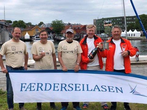 Skippere og mannskaper fra Jolla og Mymlen etter premieutdeling søndag morgen.