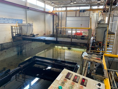 TESTER: I Kystverkets lokaler i Horten kan oljevernutstyr og bruken av dette testes i basseng.