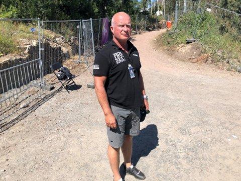 SKJERPINGS: Henning Kristiansen, sikkerhetsansvarlig for Stavernfestivalen, ber publikum om å skjerpe seg og ikke hoppe over barrikadene.